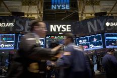 Wall Street a fini en forte hausse mercredi, dopée par les déclarations de la Fed indiquant qu'elle ferait preuve de patience dans son processus de décision d'une hausse des taux. Le Dow Jones a gagné 1,69%, à 17.356,93, des données susceptibles de varier encore légèrement. /Photo prise le 16 décembre 2014/REUTERS/Brendan McDermid