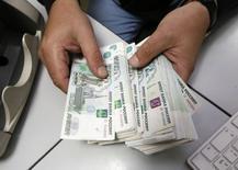 Les principaux exportateurs russes ont convenu avec le gouvernement de limiter leurs avoirs en devises à leurs niveaux du 1er octobre, rapporte le journal Vedomosti jeudi, décrivant cette initiative comme l'une des mesures destinées à stabiliser le rouble. /Photo prise le 17 décembre 2014/REUTERS/Ilya Naymushin