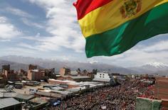 Una bandera boliviana flameando en una manifestación en El Alto, cerca de La Paz, jul 20 2007. Bolivia acordó el jueves pagar una compensación de 357 millones de dólares a la petrolera anglo-argentina Pan American Energy (PAE), por la nacionalización en el 2009 de la participación mayoritaria que la firma extranjera tenía en la compañía local Chaco. REUTERS/David Mercado