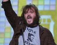 """Ator Jack Black recebe prêmio pelo personagem interpretado no filme """"Escola do Rock"""". 05/06/2004 REUTERS/Jim Ruymen"""