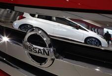 Логотип Nissan на автомобиле в Йокогаме 18 декабря 2014 года. Японский Nissan Motor Co и его французский партнер Renault SA остановили прием заказов на ряд моделей в России и могут поднять цены на другие машины в ответ на обвал российского рубля, сказал глава альянса Карлос Гон в пятницу. REUTERS/Thomas Peter