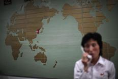 """Corea del Norte ha catalogado las acusaciones de los Estados Unidos sobre su responsabilidad en el ciberataque a Sony como """"calumnias sin base"""", y declaró su voluntad de llevar a cabo una investigación conjunta sobre el incidente con los norteamericanos. En la imagen de archivo, un mapa del mundo con la peninsula coreana en rojo en un hotel en Rason al noreste de Pyongyang el 29 de agosto de  2011. REUTERS/Carlos Barria"""