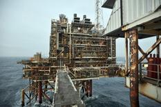 En la fotografía de archivo, parte de una plataforma petrolera de BP en el Mar del Norte en Escocia.  Reino Unido está considerando reducir los impuestos a las prospecciones petroleras del Mar del Norte, incluyendo una propuesta del sector para reducir las tasas a la mitad, con el fin de revivir un área que ya estaba en declive antes de la reciente caída en los precios del crudo, según el Sunday Times. 24, de febrero de 2014. REUTERS/Andy Buchanan/pool