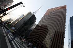 Personas caminan por Avenida Paulista, en el distrito financiero de Sao Paulo. Imagen de archivo, 8 abril, 2014. La economía brasileña crecería menos a lo esperado el próximo año y la inflación superaría el rango de meta oficial, mostró el lunes el sondeo Focus del banco central brasileño. REUTERS/Paulo Whitaker