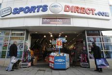 Le distributeur britannique d'articles de sports Sports Direct envisage de se développer en Europe continentale, notamment en France, où il pourrait concurrencer Decathlon et Go Sport. /Photo d'archives/REUTERS/Luke MacGregor