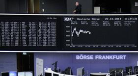Una persona avanza sobre un monitor ubicado en la bolsa alemana en Fráncfort, dic 22 2014. Las acciones europeas cerraron en alza el lunes, sumando su quinta subida consecutiva, impulsadas por la bolsa de Grecia tras el ofrecimiento del primer ministro del país de incorporar independientes a su Gobierno. REUTERS/Remote/Pawel Kopczynski