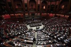 Après le Sénat italien samedi, la chambre des députés a entériné lundi soir en dernière lecture le budget du président du Conseil Matteo Renzi pour 2015, qui prévoit des baisses d'impôts et des charges patronales. /Photo d'archives/REUTERS/Remo Casilli