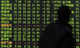 Экран с биржевыми котировками в брокерской конторе в городе Ханчжоу в китайской провинции Чжэцзян 23 декабря 2014 года. Азиатские фондовые рынки снизились во вторник за счет фиксации прибыли в конце года. REUTERS/China Daily