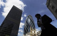 Selon l'Office national de la statistique (ONS), la croissance définitive du troisième trimestre ressort à 0,7% d'un trimestre sur l'autre en Grande-Bretagne, un peu en retrait par rapport au chiffre de 0,8% de la période avril-juin. /Photo d'archives/REUTERS/Luke MacGregor