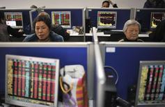 Розничные инвесторы в брокерской конторе в городе Хэфэй в китайской провинции Аньхой 24 декабря 2014 года. Азиатские фондовые рынки завершили торги среды разнонаправленно на фоне сильной экономической статистики США. REUTERS/Stringer