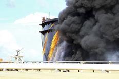 Fumaça negra sobe de um tanque de armazenamento de petróleo no porto de Es Sider. 25/12/2014 REUTERS/Stringer