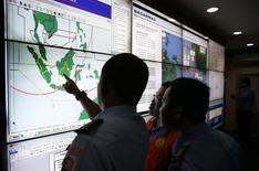 Военные и спасатели изучают место предполагаемого падения рейса QZ8501 компании AirAsia в Джакартеr 29 декабря 2014 года. Пропавший самолет AirAsia со 162 людьми предположительно разбился у берегов Индонезии и затонул, сообщили индонезийские власти на фоне продолжающейся спасательной операции, в которую вовлечены несколько азиатских стран. REUTERS/Darren Whiteside