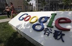 Женщины проходят мимо логотипа Google у головного офиса компании в Пекине 2 июня 2011 года. Gmail, почтовый сервис Google, заблокирован в Китае после месяцев перебоев. Борющиеся с цензурой адвокаты видят за проблемами крупнейшей в мире службы электронной почты умысел Пекина. REUTERS/Jason Lee
