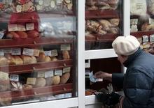 Женщина покупает хлеб в Киеве 14 ноября 2012 года. Глава Нацбанка Украины Валерия Гонтарева ждет роста инфляции в 2015 году до 17-18 процентов из-за увеличения энерготарифов. REUTERS/Anatolii Stepanov