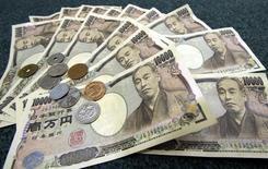 Monedas y billetes de yen japonés fotografiados en Tokio. Imagen de archivo, 3 marzo, 2006. El yen subía fuertemente contra el dólar y el euro el martes pues los inversores buscaban la divisa japonesa como refugio seguro de cara al nerviosismo sobre los riesgos económicos que se presentan para el 2015. REUTERS/Toshiyuki Aizawa