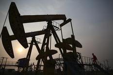 Станки-качалки на нефтяном месторождении компании PetroChina в городе Паньцзинь в китайской провинции Ляонин 30 июня 2014 года. Цены на нефть Brent опустились ниже $57 за баррель в среду, так как слабые производственные данные Китая и опасения о спросе перевешивают страхи по поводу срыва поставок из Ливии. REUTERS/Sheng Li