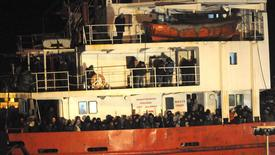 O cargueiro Blue Sky M, com estimados 900 imigrantes, chega ao porto de Gallipoli, no sul da Itália, nesta quarta-feira. 31/12/2014 REUTERS/Stringer