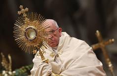 O papa Francisco durante orações na Basílica de São Pedro, no Vaticano, nesta quarta-feira. 31/12/2014 REUTERS/Alessandro Bianchi