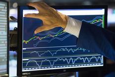 Les fusions et acquisitions (M&A) en France ont confirmé en 2014 avoir renoué avec leurs niveaux d'avant la crise financière et devraient connaître en 2015 un rythme tout aussi soutenu grâce à un environnement de taux d'intérêt historiquement bas et de liquidités disponibles pour financer des transactions. /Photo prise le 14 octobre 2014/ REUTERS/Lucas Jackson