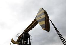 Una extractora de petróleo de la compañía rusa Rosneft fotografiada en Akhtyrskaya, en la región de Krasnodar. Imagen de archivo, 21 diciembre, 2014. La producción petrolera rusa alcanzó un promedio récord para la era postsoviética de 10,58 millones de barriles por día (bpd) en 2014, un incremento del 0,7 por ciento interanual que se logró gracias a pequeños productores no estatales, mostraron datos oficiales publicados el viernes. REUTERS/Eduard Korniyenko