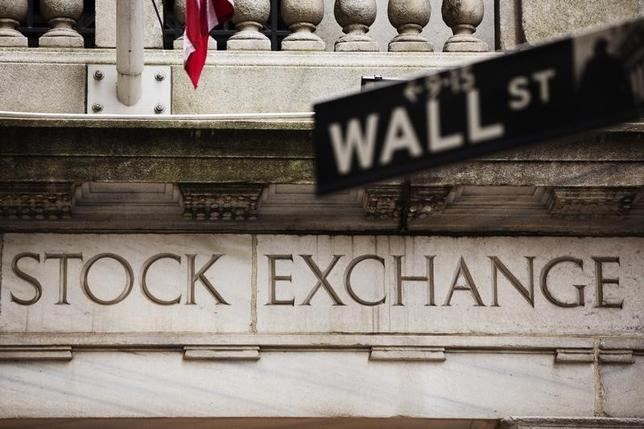 1月2日、米国株式市場はほぼ横ばいで年明け初日の取引を終了した。写真は2013年5月、ニューヨーク証券取引所を撮影(2015年 ロイター/Lucas Jackson)