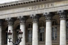 Après une ouverture en baisse, les principales Bourses européennes sont repassées dans le vert au cours des premiers échanges lundi. À Paris, le CAC 40 prend 0,29% à 4.264,70 points vers 08h35 GMT. À Francfort, le Dax gagne 0,07% et, à Londres, le FTSE avance de 0,32%. /Photo d'archives/REUTERS/Charles Platiau
