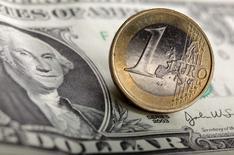 L'euro est tombé lundi à un creux de près de neuf ans face au dollar, plombé par la perspective d'un programme d'assouplissement quantitatif de la Banque centrale européenne et par une possible période d'instabilité politique en Grèce. /Photo d'archives/REUTERS/Kacper Pempel
