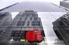 Logo da Apple é iluminado de vermelho na loja da empresa em Sydney para marcar o Dia Mundial da Aids. 01/12/2014 REUTERS/David Gray