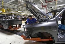 Un empleado ensambla la parte frontal de una camioneta en la planta de Chrysler en Warren, EEUU, sep 25 2014. Los nuevos pedidos de bienes a las fábricas de Estados Unidos cayeron en noviembre por cuarto mes consecutivo, lo que apunta a una desaceleración en la actividad manufacturera y del crecimiento económico en general.   REUTERS/Rebecca Cook