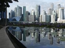 Vista del distrito financiero y su reflejo en un estanque en Singapur. Imagen de archivo, 28 noviembre, 2014.  El ritmo de crecimiento global de los negocios se desaceleró a su nivel más débil en más de un año al final del 2014, puesto que la expansión se ralentizó en las industrias de servicios y manufacturas, indicó el martes un sondeo. REUTERS/Edgar Su