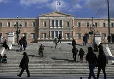 """Devant le Parlement grec, à Athènes. Les élections législatives du 25 janvier en Grèce ne sont """"pas le déclencheur possible d'une crise"""", estime le commissaire européen chargé de l'Economie, Pierre Moscovici. /Photo prise le 6 janvier 2015/REUTERS/Alkis Konstantinidis"""