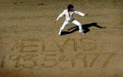 Un artista realiza un tributo a Elvis Presley en playa Blackpool. Imagen de archivo, 16 agosto, 2002. Elvis Presley habría cumplido 80 años el jueves, un aniversario marcado por una celebración de varios días en su mansión Graceland en Memphis en Tennessee. REUTERS/Darren Staples