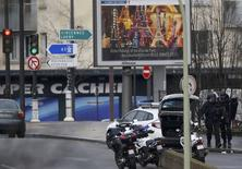 Un homme armé a pris plusieurs personnes en otage vendredi dàns un supermarché casher de la porte de Vincennes, dans le XIIe arrondissement de Paris, et est soupçonné d'être le tueur d'une jeune policière, la veille à Montrouge. /Photo prise le 9 janvier 2015/REUTERS/Charles Platiau