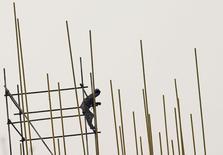 Chantier de construction à Pékin. La croissance économique de la Chine devrait avoir ralenti à 7,2% en rythme annuel au quatrième trimestre, soit son niveau le plus faible depuis la crise financière, selon une enquête Reuters qui vient souligner la nécessité de nouvelles mesures de soutien si la deuxième économie mondiale veut échapper à un coup de frein plus brutal en 2015. /Photo prise le 26 décembre 2014/REUTERS/Kim Kyung-Hoon