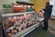 Мужчина совершает покупки в магазине в Бресте 2 декабря 2014 года. Рост потребительских цен в Белоруссии за прошлый год составил 16,2 процента по сравнению с 16,5 процента в 2013 году, сообщил Белстат предварительные данные. REUTERS/Vasily Fedosenko