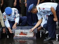 Caixa-preta de avião da AirAsia recuperada por mergulhadores. 12/01/2015 REUTERS/Darren Whiteside