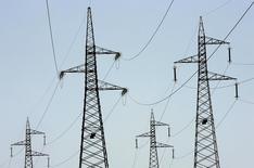 Линии электропередачи в итальянском городе Чивитавеккья. 18 июля 2007 года. Крупнейший в Германии энергоконцерн E.ON, объявивший в прошлом году о разделе на альтернативную и традиционную энергетику, продает газовые и угольные электростанции в Италии чешской энергокомпании EPH. REUTERS/Max Rossi
