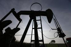 Una extractora de petróleo vista en Oberlauterbach, en el este de Francia. Imagen de archivo, 9 septiembre, 2014. Los precios del petróleo Brent retomaron sus caídas y el lunes operaban a menos de 48 dólares por barril, debido a que Goldman Sachs redujo sus pronósticos a corto plazo y los productores del Golfo Pérsico no mostraron señales de que vayan a disminuir el bombeo. REUTERS/Vincent Kessler