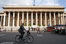 Après avoir ouvert en nette baisse, les principales Bourses européennes faisaient du surplace dans les premiers échanges. Le CAC 40 cédait 0,19% vers 08h45 GMT, le Dax perdait 0,01% mais le FTSE prenait 0,26%. /Photo d'archives/REUTERS/Charles Platiau