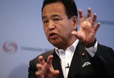 En la imagen, el ministro de Economía de Japón, Akira Amari, durante un evento en Tokio. 11 de julio, 2014. El ministro de Economía de Japón dijo el martes que el Banco de Japón probablemente no alcanzará su objetivo de inflación el próximo año fiscal debido a que la caída en los precios del petróleo ejerce una presión a la baja sobre los precios al consumidor. REUTERS/Toru Hanai