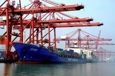 En la imagen, un barco cargado con contenedores es visto en un puerto de Lianyungang, provincia de Jiangsu, 7 de septiembre, 2013. Las importaciones chinas de mineral de hierro alcanzaron un máximo histórico en el 2014, saltando un 13,8 por ciento a 932,5 millones de toneladas, según datos difundidos el martes, ya que los envíos de bajo costo de las mineras mundiales inundaron al mayor consumidor del mundo. REUTERS/China Daily