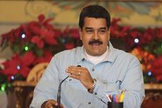 El presidente de Venezuela, Nicolás Maduro, durante una reunión con gobernadores y ministros en Palacio Miraflores, en Caracas. Imagen de archivo, 22 diciembre, 2014. Maduro conversó el martes sobre los precios del petróleo con autoridades argelinas, en el último tramo de una hasta ahora infructuosa gira diplomática para intentar persuadir a los miembros de la OPEP de que den impulso a un debilitado mercado. REUTERS/Miraflores Palace/Handout via Reuters   ATENCIÓN EDITORES, ESTA IMAGEN FUE ENTREGADA POR UNA TERCERA PARTE