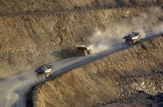 Грузовики на месторождении золота в Казахстане. 13 июня 2013 года. Рост экономики Казахстана замедлился в 2014 году до 4,3 процента с 6,0 годом ранее, сообщило Минэкономики, увязав динамику с падением спроса в соседней России и удешевлением нефти и металлов на мировом рынке. REUTERS/Shamil Zhumatov