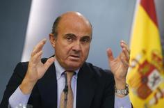 Le ministre espagnol de l'Econolie, Luis de Guindos. L'économie espagnole a commencé 2015 à un rythme de croissance au-dessus de 2%, grâce notamment à des coûts de crédit plus faibles et à la baisse des prix du pétrole. /Photo prise le 26 septembre 2014/REUTERS/Paul Hanna