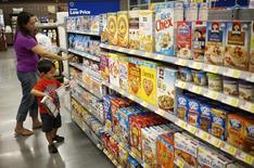 Una mujer y su hijo compran mercadería en un supermercado de Walmart en Bentonville, Arkansas. Imagen de archivo, 5 junio, 2014. Una medición subyacente del gasto del consumidor estadounidense bajó imprevistamente en diciembre, aunque no sería el inicio de una tendencia débil pues el consumo se sostendría en base a los precios más bajos de la gasolina y la mejora del mercado laboral.  REUTERS/Rick Wilking