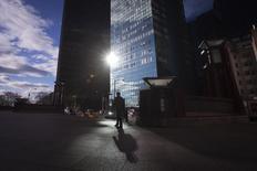 Un hombre camina por Manhattan, en Nueva York . Imagen de archivo, 18 diciembre, 2014. Las ventas minoristas en Estados Unidos registraron en diciembre su mayor declive en 11 meses debido a una caída de la demanda en casi todos los frentes, lo que contuvo las expectativas sobre una fuerte aceleración de la demanda del consumidor en el cuarto trimestre de 2014. REUTERS/Carlo Allegri