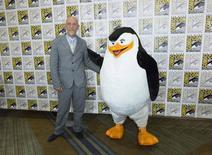 """Ator John Malkovich, que faz a voz de Dave  no filme """"Pinguins de Madagascar"""", acompanhado de Skipper, na Comic-Con em San Diego. 247/2014  REUTERS/Mario Anzuoni"""