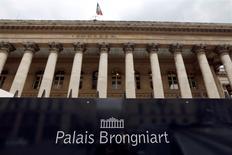 La Bourse de Paris, comme les autres marchés européens, est en hausse sensible jeudi dans les premiers échanges, tirée par les valeurs pétrolières qui se reprennent après un rebond technique des cours du brut dans la nuit. L'indice CAC 40, qui avait chuté de 1,56% mercredi, progressait de 1,21% vers 09h15. /Photo d'archives/REUTERS/Charles Platiau
