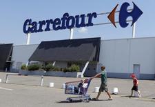 Carrefour a vu sa croissance organique s'accélérer au quatrième trimestre et dépasser les attentes des analystes, grâce à une nouvelle amélioration de ses performances en France, malgré un contexte difficile, ainsi qu'au Brésil. /Photo d'archives/REUTERS/Régis Duvignau