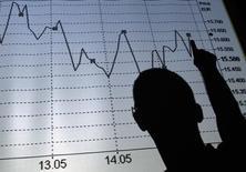 """Силуэт человека, стоящего у экрана с графиком индекса итальянской биржи. Рим, 9 августа 2011 года. Провайдер индексов MSCI отложил изменение принципов отбора компаний в MSCI Russia, а именно замену расписок на акции и включение в """"бенчмарк"""" бумаг российских компаний без локального листинга, ссылаясь на """"сложившуюся конъюнктуру"""", пишут ВТБ Капитал и Sberbank CIB. REUTERS/Tony Gentile"""